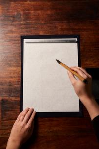 机で書道をする女性の手の写真素材 [FYI01469520]