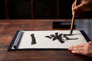 机で書道をする女性の手の写真素材 [FYI01469528]