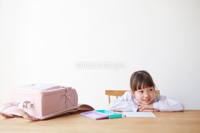 テーブルでランドセルを広げて勉強する女の子の写真素材 [FYI01469592]