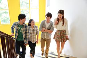 階段を上る4人の男女大学生の写真素材 [FYI01469677]