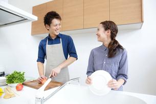 キッチンで微笑む若いカップルの写真素材 [FYI01469710]