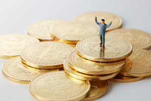 ビットコインの上のミニチュアのサラリーマンの写真素材 [FYI01470007]