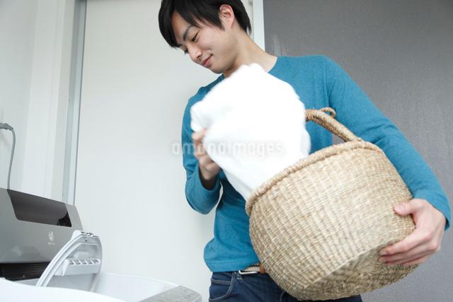 洗濯をする若い男性の写真素材 [FYI01470027]