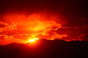 燃える夕焼けの写真素材 [FYI01470152]