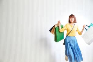 ショッピングをする女性の写真素材 [FYI01470213]
