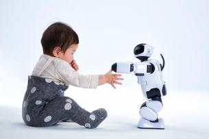 赤ちゃんと遊ぶロボットの写真素材 [FYI01470382]