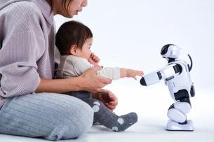 親子と会話するロボットの写真素材 [FYI01470384]