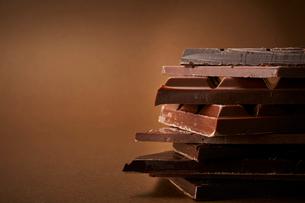 積み重なった数種の板チョコの写真素材 [FYI01470462]