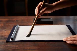 机で書道をする女性の手の写真素材 [FYI01470508]
