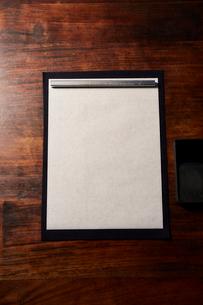 机の上の書道の道具の写真素材 [FYI01470510]