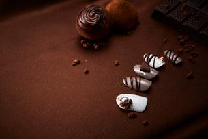 茶色い布の上に置いたチョコレートと付け爪の写真素材 [FYI01470531]