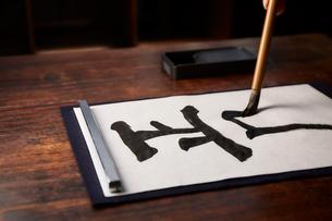 机で書道をする女性の手の写真素材 [FYI01470554]