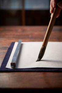 机で書道をする女性の手の写真素材 [FYI01470574]