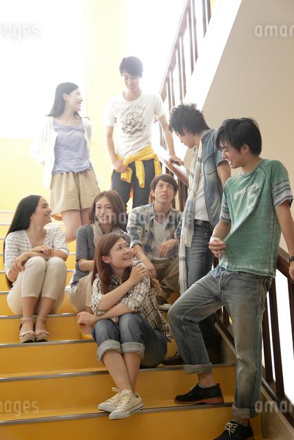 階段で微笑む8人の男女大学生の写真素材 [FYI01470596]