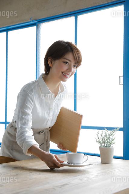 ウエイトレスの若い女性の写真素材 [FYI01470642]