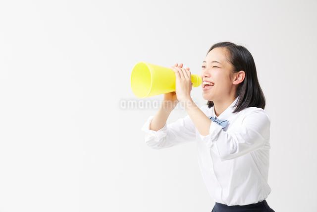 メガホンを持って叫ぶ女子高生の写真素材 [FYI01470762]