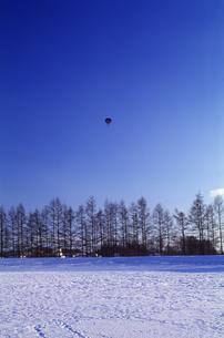 雪原に飛ぶ気球の写真素材 [FYI01470793]