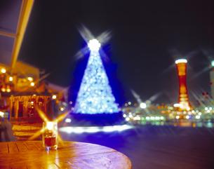 ランタンとクリスマスツリーの写真素材 [FYI01470828]