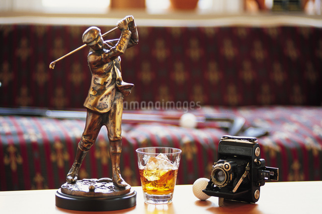 ゴルファーの置物とカメラの写真素材 [FYI01470845]