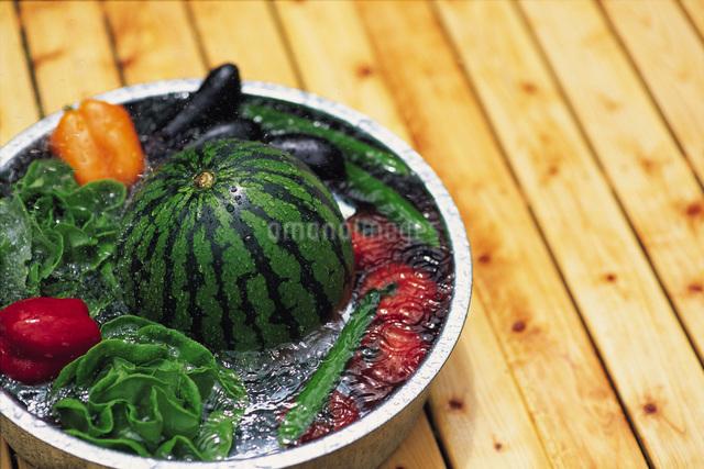 スイカと夏野菜の写真素材 [FYI01470892]