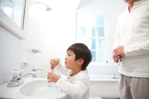 洗面所で歯を磨く父と息子の写真素材 [FYI01470975]