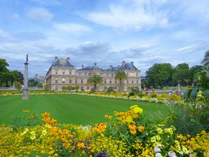リュクサンブール宮殿と花々の写真素材 [FYI01471015]