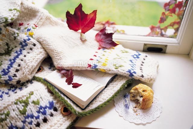 秋の窓辺のセーターの写真素材 [FYI01471027]