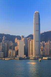 朝の香港島とIFCビルとヴィクトリア湾の写真素材 [FYI01471033]