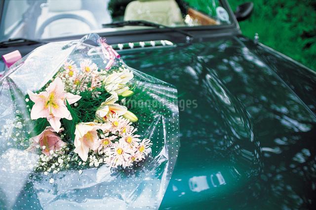 車の上の花束の写真素材 [FYI01471098]