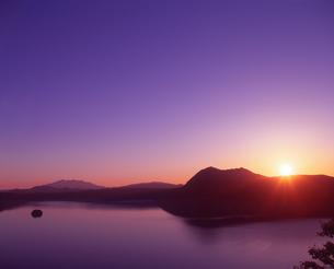 摩周湖日の出の写真素材 [FYI01471217]