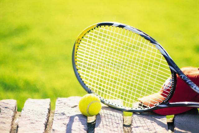 テニスボールとラケットの写真素材 [FYI01471405]