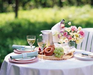 花とグラスのテーブルセットの写真素材 [FYI01471415]