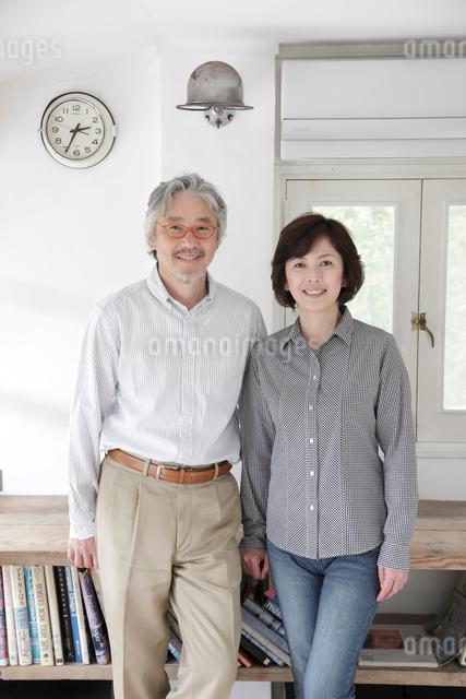 書斎でたたずむミドルカップルの写真素材 [FYI01471418]