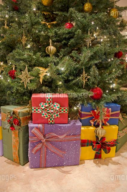 クリスマスツリーとプレゼントの写真素材 [FYI01471437]