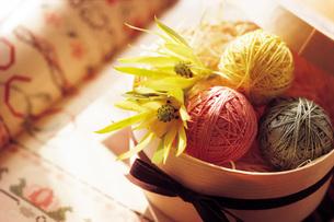 丸い箱に入った三色の毛糸玉の写真素材 [FYI01471444]