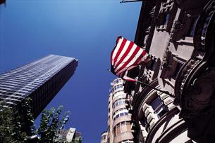 ビルとアメリカ国旗の写真素材 [FYI01471475]