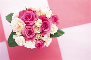 赤白バラのブーケの写真素材 [FYI01471487]