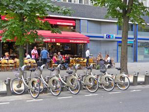 カフェの前の乗り捨て自由のレンタル自転車の写真素材 [FYI01471498]