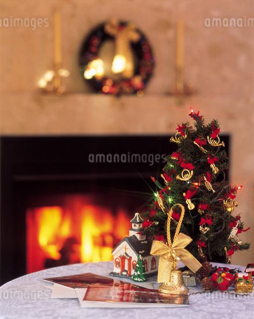 クリスマスツリーと暖炉の写真素材 [FYI01471504]