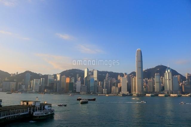 朝の香港島とIFCビルとヴィクトリア湾の写真素材 [FYI01471599]