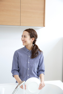 洗い物をする若い女性の写真素材 [FYI01471607]