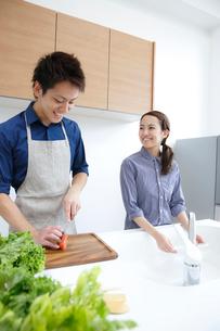 キッチンで微笑む若いカップルの写真素材 [FYI01471610]