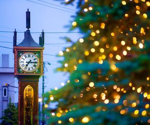 小樽 夕暮れの蒸気時計の写真素材 [FYI01471815]