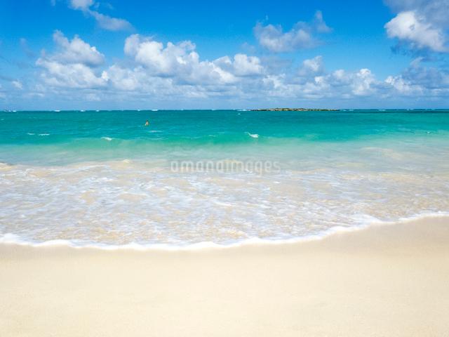 ハワイの青海と白い雲の写真素材 [FYI01471830]