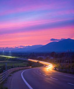 北海道 十勝平野 点景  夕焼けに続く道 の写真素材 [FYI01471841]
