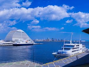 神戸港に停泊する船と青空の写真素材 [FYI01471849]