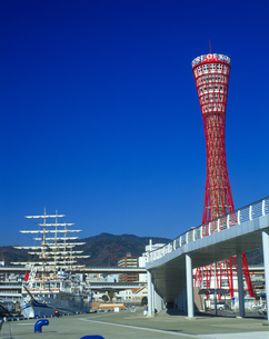 神戸ポートタワーと帆船日本丸の写真素材 [FYI01471872]