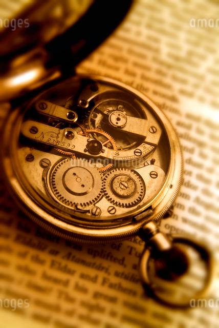 洋書と懐中時計の写真素材 [FYI01471994]