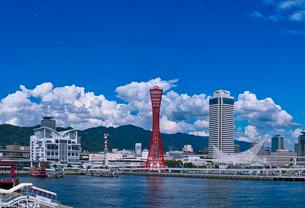 夏雲湧く神戸港中突堤とメリケンパークの写真素材 [FYI01472004]