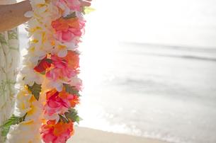ハワイの海とレイを持つ女性の写真素材 [FYI01472080]